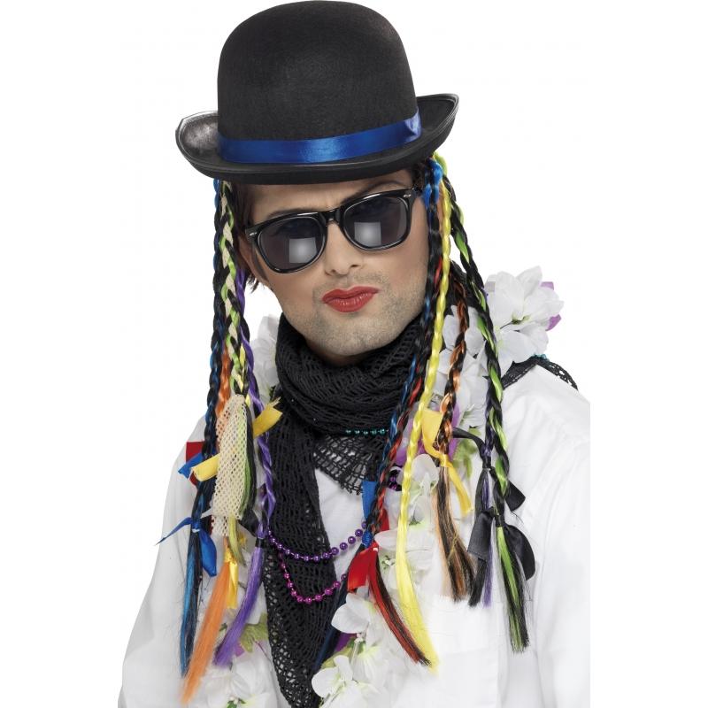 Image of Boy George hoeden met vlechtjes